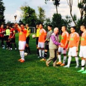 Wręczenie pucharu z okazji awansu naszej drużyny do A-klasy przez przedstawiciela Wielickiego Związku Piłki Nożnej, przed pierwszym meczem ligowym