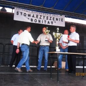 Prezes Krzysztof Jaskot odbiera puchar za zajęcie II miejsca w turnieju.