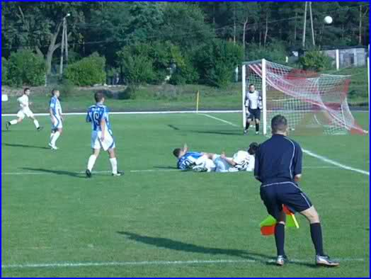 Piłkarze Zawiszy II atakują bramkę Dębu.