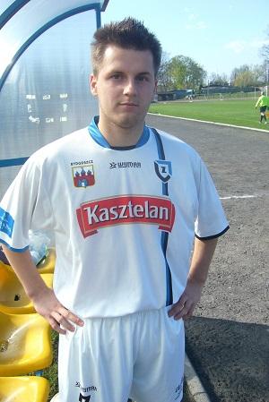 Artur Dunaj przy ławce rezerwowych na stadionie w Sępólnie Krajeńskim.