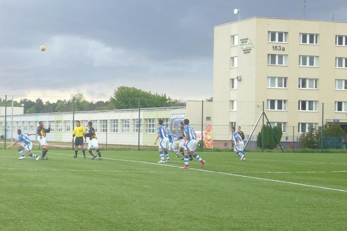 Z meczu Zawisza II - Dąb Potulice 1:1 rozegranego na boisku ze sztuczną nawierzchnią przy ul. Gdańskiej. Zawodnicy rezerw w czarnych koszulkach i białych spodenkach.