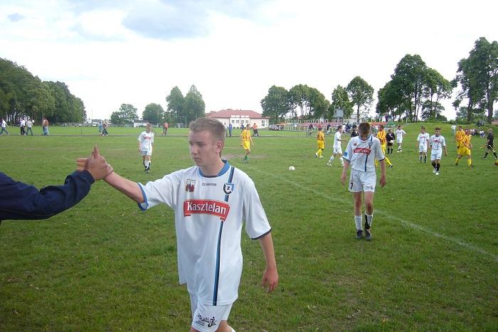 Po meczu na bocznym boisku w Mroczy. Z lewej na pierwszym planie Patryk Fronskiewicz , z prawej Mikołaj Grzelczak.