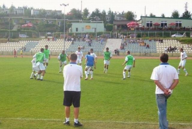 22 sierpnia 2009 roku zawodnicy rezerw Zawiszy podczas rozgrzewki na stadionie w Więcborku. Na pierwszym planie tyłem od lewej: trener Robert Wójcik i pomagający mu Janusz Zander.