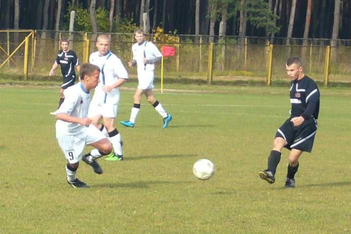 Z meczu Victoria Śliwice - Zawisza II 0:6. W białych strojach od lewej: Jacek Góralski, Tomasz Szczepan i Krzysztof Szal.