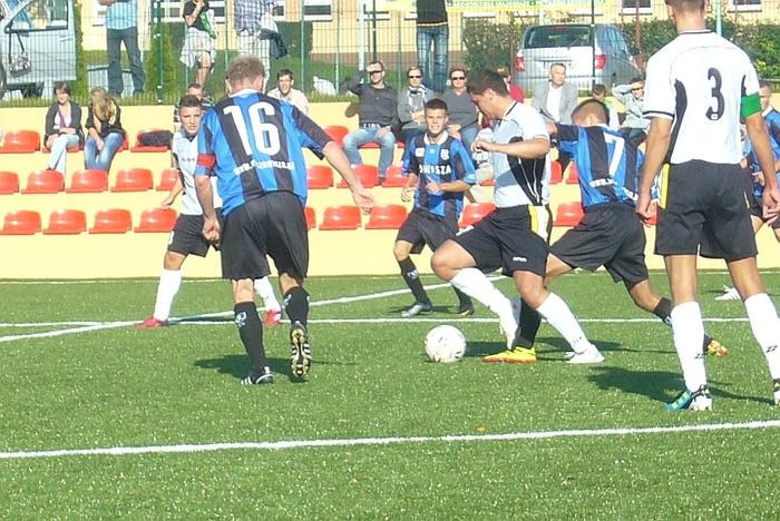 Z meczu Tucholanka - Zawisza II 2:5. W niebiesko-czarnych strojach od lewej: z numerem 16 Rafał Piętka, Wojciech Mielcarek i Dawid Wiśniewski.
