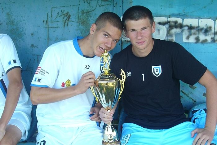 Kacper Mrozik (z lewej) i bramkarz Miłosz Walentowicz z pucharem za wygranie przez Zawiszę II A klasy w sezonie 2010/2011.