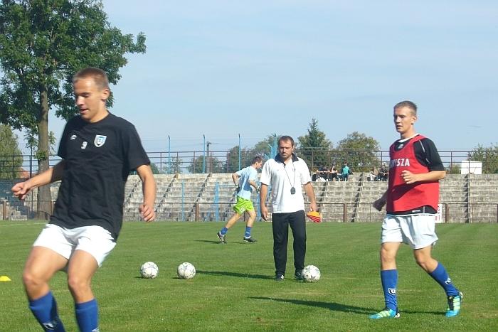Podczas rozgrzewki w Wąbrzeźnie. Z lewej - Mateusz Nawrocki, z prawej - Patryk Otlewski. W środku trener Jakub Grzelczak.