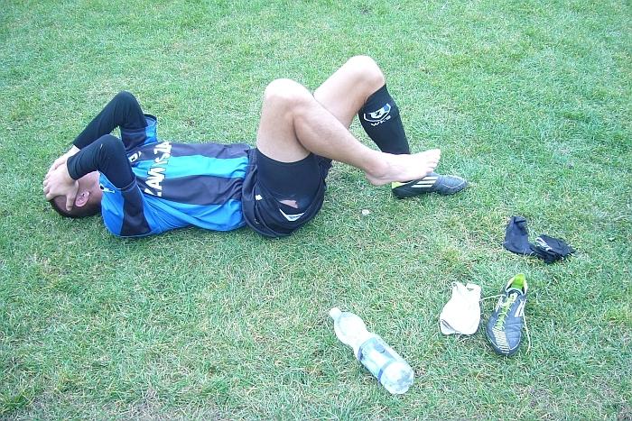 Już poza boiskiem leży kontuzjowany w meczu z LKS Dąbrowa Chełmińska - Dawid Wiśniewski.