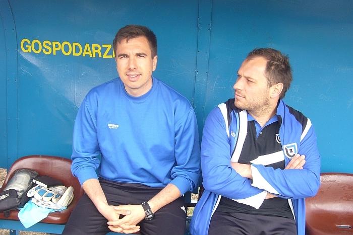 Podczas meczu z Pomorzaninem Serock. Z lewej - trener Łukasz Jankowski, z prawej - jego asystent Jakub Grzelczak.