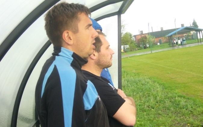 Trener Zawiszy II - Łukasz Jankowski (z lewej) i jego asystent Jakub Grzelczak obserwują mecz w Kończewicach.
