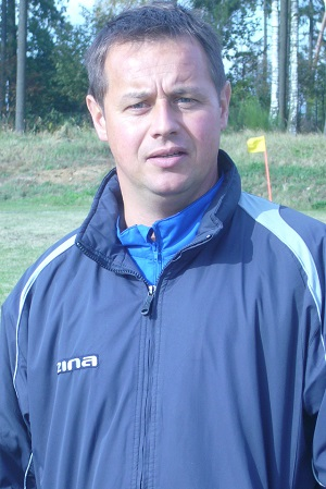 Trener Zawiszy II Robert Wójcik, późniejszy szkoleniowiec juniorskich reprezentacji Polski, przed meczem w Laskowicach.